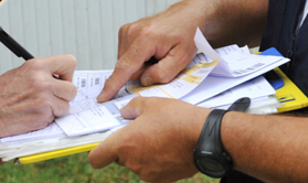 Le facteur demande une signature pour un contre remboursement